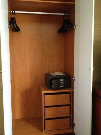 Piraeus Theoxenia Hotel: closet and safe