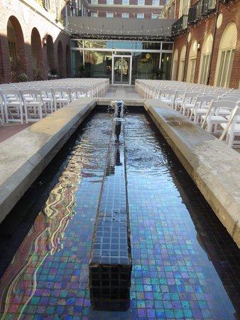 Magnolia Hotel Omaha: Fountain