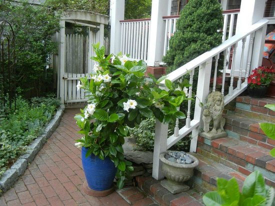 Secret Garden Inn: Adorable Front Porch Area