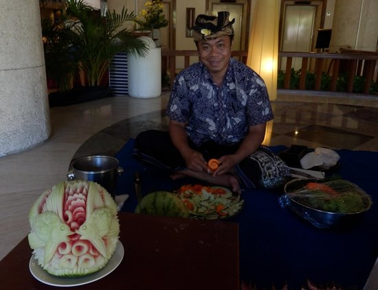 Kuta Paradiso Hotel : The man carving fruit