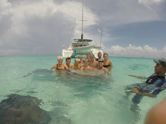 Sun Rays Tours : Group photo with Stingrays