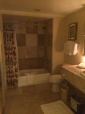 Apple Farm Inn: Spacious bathroom