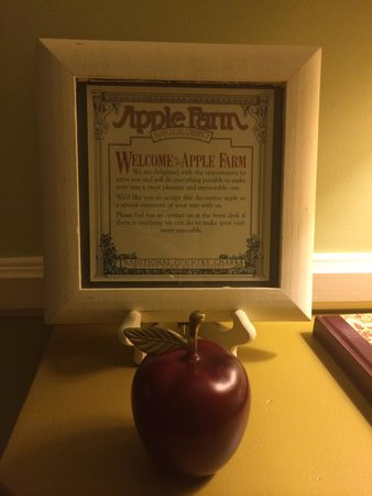 Apple Farm Inn: The apple is a memento to take home :)