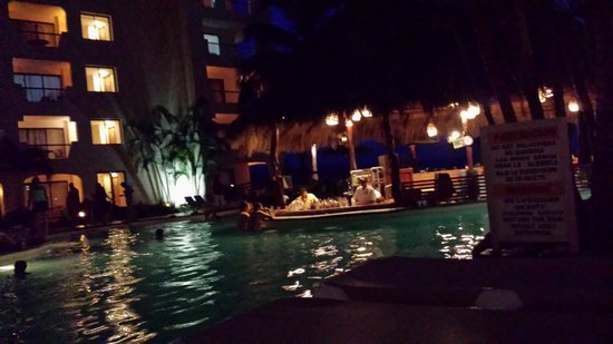 Plaza Pelicanos Grand Beach Resort: Pool area at night