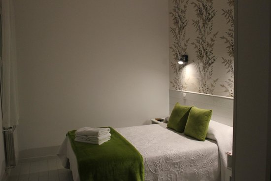 Hostal Atelier : The peaceful and quiet  but smaller green room we chose to stay in