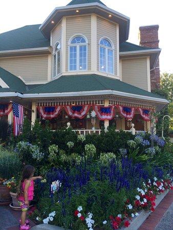 Apple Farm Inn: Garden outside of the gift shop and restaurant