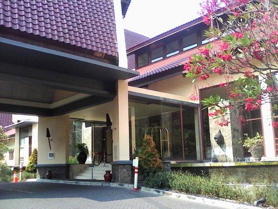 Novotel Surabaya Hotel and Suites : car port of Novotel Surabaya
