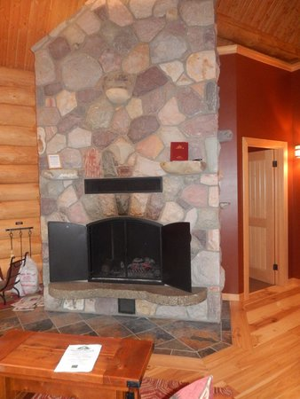 Alpine Village Cabin Resort - Jasper : double sided fireplace