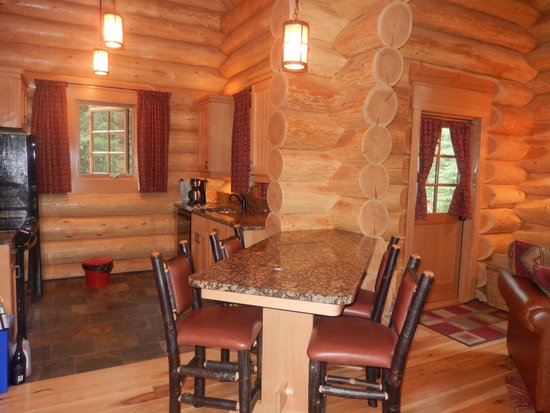 Alpine Village Cabin Resort - Jasper : dining room