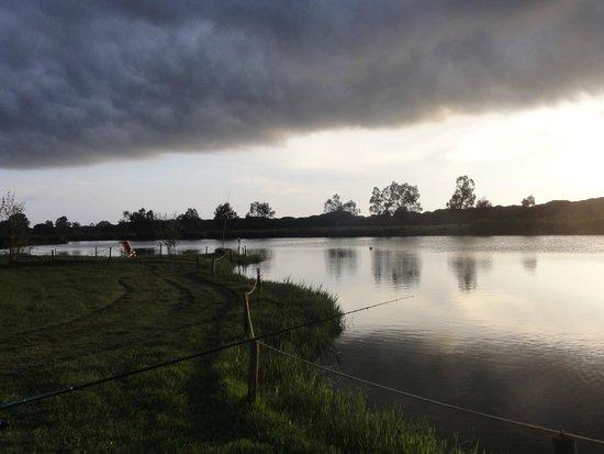 Agricampeggio Lago Le Tamerici : coucher de soleil sur le lac