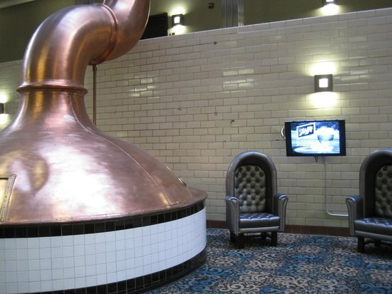 The Brewhouse Inn & Suites : Brewing vats in atrium