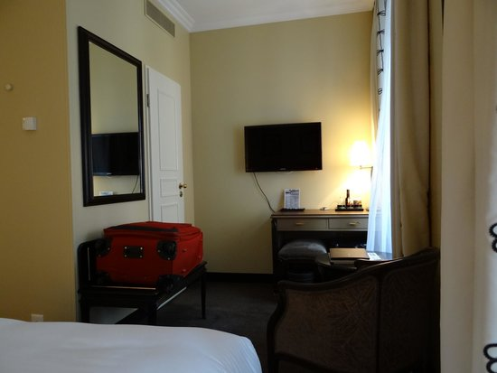 Tiffany Hotel: El fondo de la habitación; la puerta es del baño.