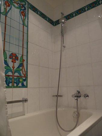 Tiffany Hotel: Ducha+tina