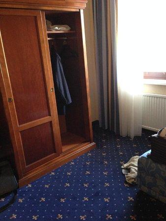 Mercure Secession Wien : closet in bedroom