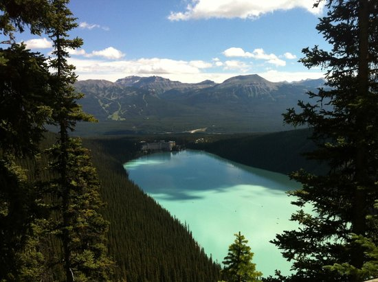 Fairmont Chateau Lake Louise: View of hotel return from Plain of Six Glaciers trail.