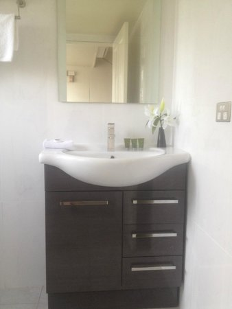 Tuncurry Motor Lodge: RENOVATED Bathrooms