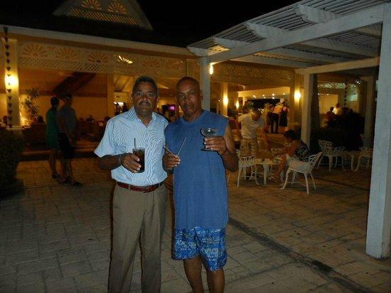 Vista Sol Punta Cana : Mi esposo con su amigo, con su bebida