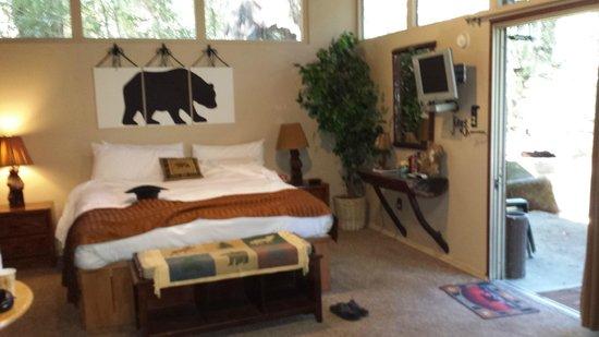 Redwoods River Resort & Campground: Bear's Den, comfortable for 2.