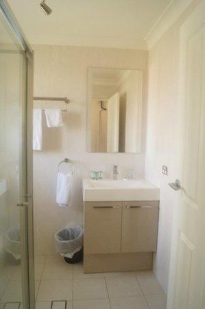Tuncurry Motor Lodge: Renovated family bathroom