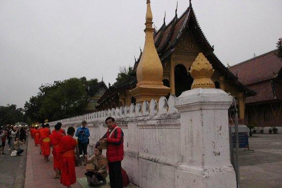 Cérémonie de l'aumône : Wat Sene前のSakkaline Road
