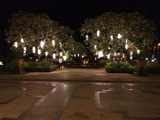 Le Meridien Angkor: Entrance - beautiful lights!