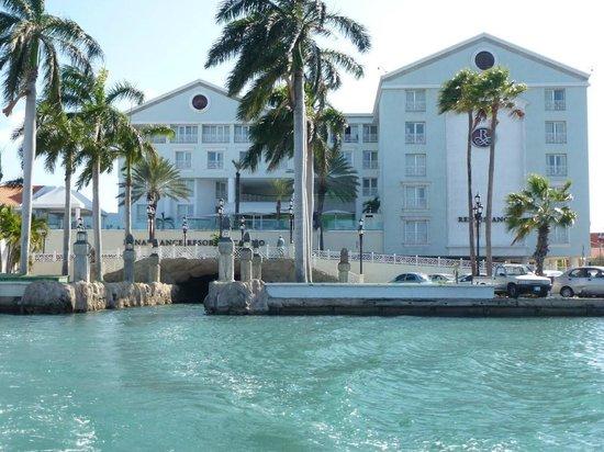 Renaissance Aruba Resort & Casino: Marina hotel and boat tunnel