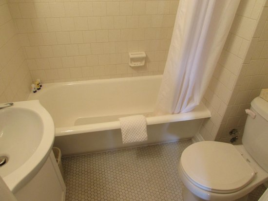 Hollander Hotel: Room 318 bathroom