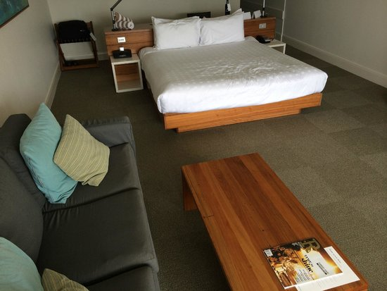 Reef View Hotel: Our large and wide Reef View bedroom on Level 18