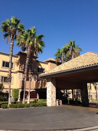 Ayres Suites Diamond Bar: Front of hotel
