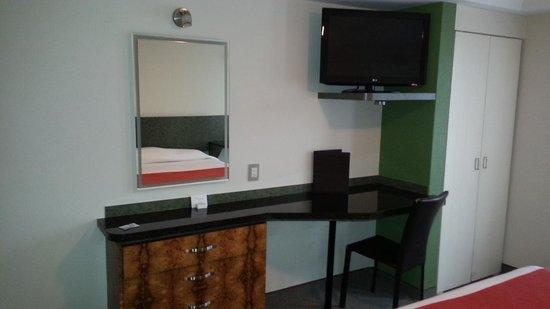 Hotel Roosevelt: Escritorio, comoda, LCD, ropero.