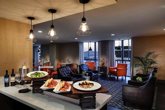 Whitney Peak Hotel: Concierge Lounge Evening