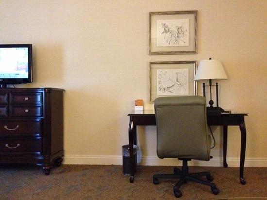 Ayres Suites Diamond Bar: A nice dresser and a desk
