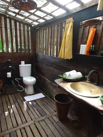 Bambu Indah : kuda house bathroom