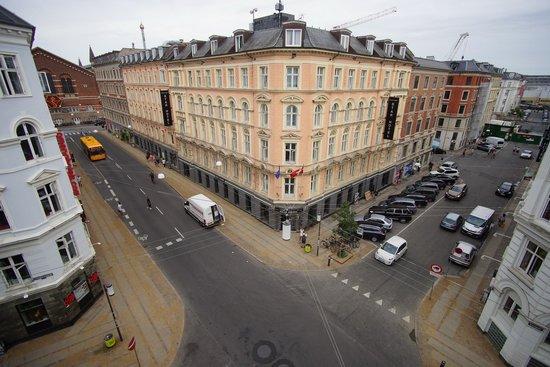 Hotel Du Nord Copenhagen: Vista della strada dalla nostra camera al 4 piano