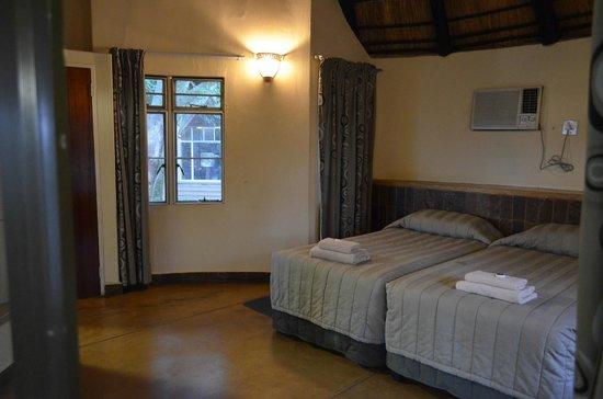 Letaba Rest Camp : Bedroom / main area