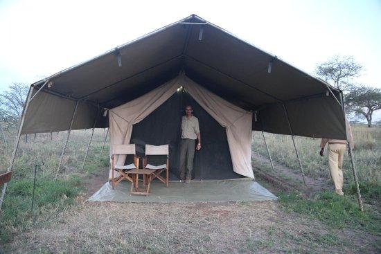 Serengeti Savannah Camps : My friend Ricardo at our tent