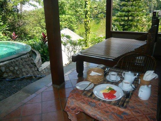 Graha Moding Villas : Petit-déjeuner sur la terrasse de la chambre
