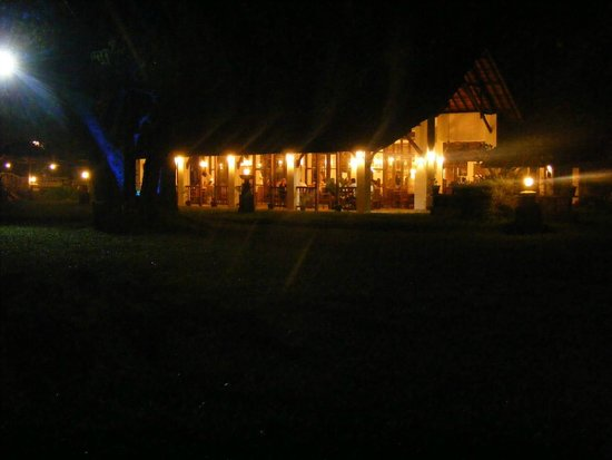 Punnamada Resort: restaurant at night