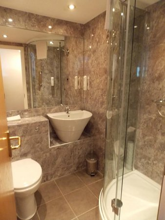 Days Hotel London- Waterloo: Functional Bathroom with cheap toiletries