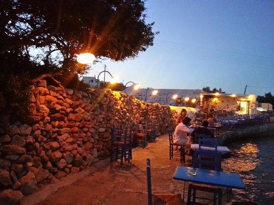 Ouzerie Restaurant Karnagio : Tavolini a picco sul molo e luci soffuse