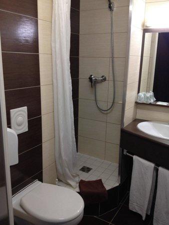 B&B Hotel CLERMONT-FERRAND Sud Aubiere: La salle de bains.