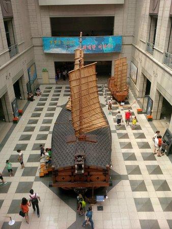 Monumento de Guerra de Corea: 1:1 warship inside the museum