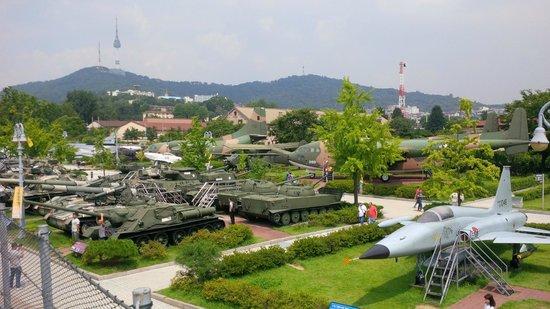 Monumento de Guerra de Corea: Outside exposition of military vehicles and planes