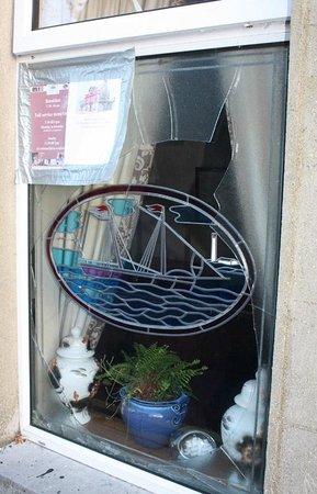 Redbank Guest House: Broken restaurant window