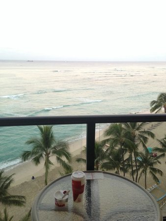 Outrigger Waikiki Beach Resort : Coffee on the balcony, oceanfront room 825