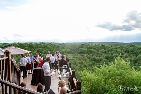 Makuwa-Kuwa Restaurant: Guests enjoying a drink on the viewing deck