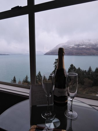 Mercure Resort Queenstown: Our lovely honeymoon gift and the lake view
