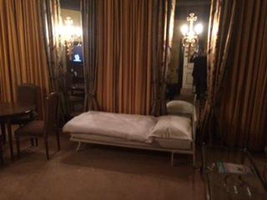 Bayerischer Hof Hotel: Camp bed