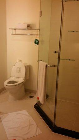 HARRIS Suites FX Sudirman: Bathroom
