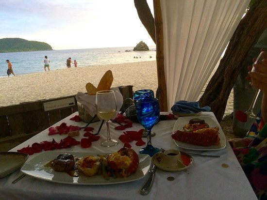 Embarc Zihuatanejo: Romantic dinner on the beach - book a time close to sunset :)